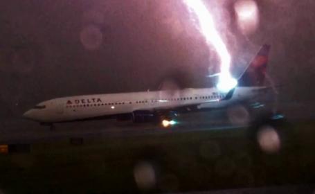 Un avion a fost lovit de fulger, pe un aeroport din Atlanta. Imaginile spectaculoase, surprinse de un pasager