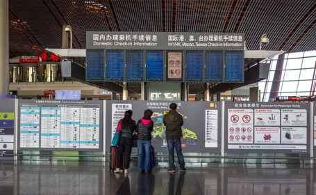 Pasagera prinsa cu o sticla de coniac la aeroport. Ce a facut femeia dupa i s-a spus ca nu se poate imbarca cu ea