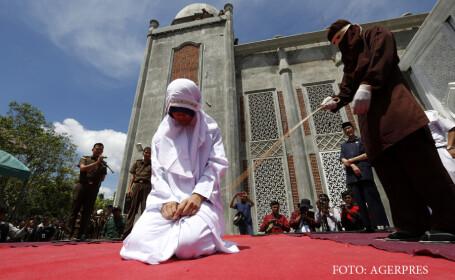 O femeie e biciuita in public in statul Aceh din Indonezia pentru ca a flirtat cu un barbat. In Aceh se aplica legea sharia