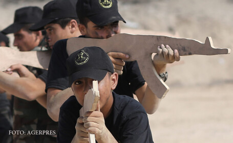 Adolescenti si copii palestinieni se antreneaza intr-o tabara de vara jihadista din Gaza, unde primesc lectii religioase si militare