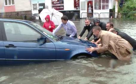 A plouat in cateva ore cat pentru o luna, in Timisoara. Apa a ajuns si pana la un metru, iar soferii si-au abandonat masinile