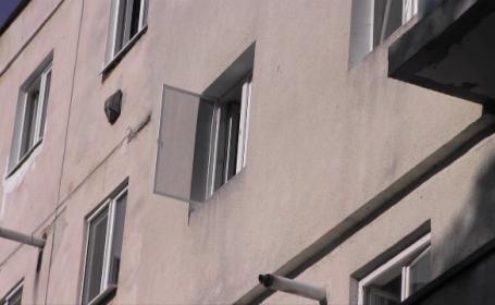 O fetita de 3 ani a cazut de la etaj, intr-un moment de neatentie al parintilor. Ce i-a salvat viata