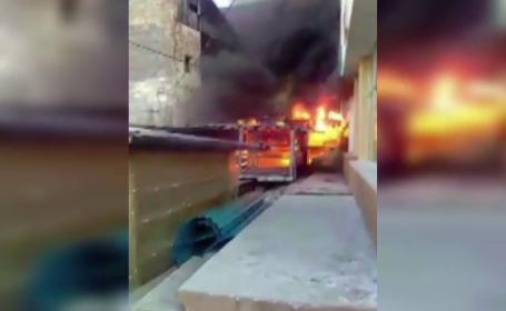 Doua tarabe au luat foc intr-o piata din Radauti, iar valvataia a afectat un bloc. Interventie in forta a pompierilor