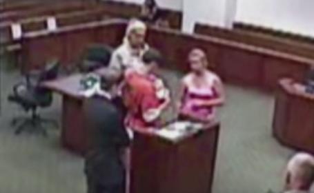 Moment emotionant in instanta. O judecatoare i-a permis unui inculpat sa-si vada pentru prima data fiul nou-nascut