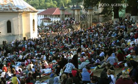 Credinciosi participa la pelerinajul de la Manastirea Nicula din Cluj, la praznicul Adormirii Maicii Domnului.