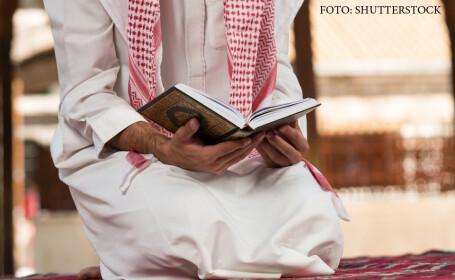 musulman care citeste Coranul
