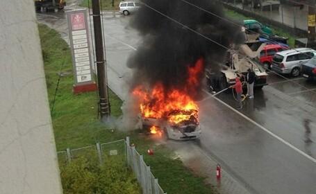 O masina a fost distrusa de flacari pe o strada din Dej