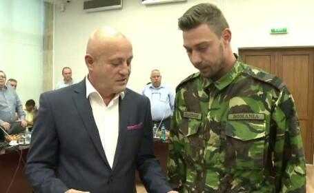 Sergentul major Bogdan Dragomir, ranit in Afganistan, a primit titlul de cetatean de onoare al judetului Buzau