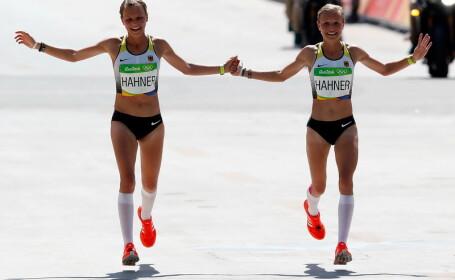 Gemenele care au trecut linia de sosire la maraton, tinandu-se de mana si zambind. Toata lumea le-a criticat in Germania