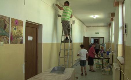 Exemplul dat de parintii dintr-un sat din Bacau, care au renovat singuri scoala. \