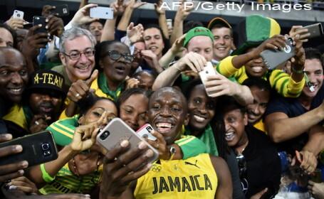 Usain Bolt, selfie cu fanii, dupa ce a scris istorie la Rio si a castigat al optulea titlu olimpic