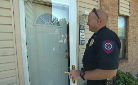Un apel anonim anunta ca se intampla ceva ciudat intr-o casa. Reactia politiei cand a ajuns la usa locuintei