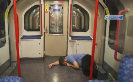 Metroul londonez a inaugurat serviciul de noapte in weekenduri. Ipostazele in care au fost surprinsi primii calatori nocturni