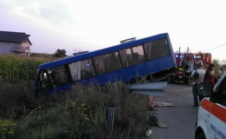 Un autobuz care transporta nuntasi a ajuns in sant in Bacau. Autoritatile au activat planul rosu de interventie