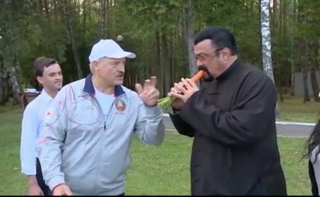 Presedintele Belarusului l-a primit in vizita pe Steven Seagal cu morcovi. Imaginile virale cu actorul american