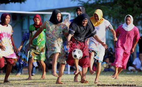 Cativa barbati imbracati in femei, sarbatoresc Ziua Independentei Indoneziei, prin organizarea unor jocuri