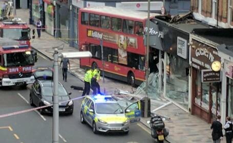 Un autobuz double-decker a intrat într-o clădire, în Londra