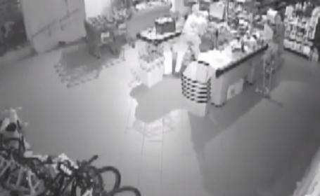 Magazinul fostului primar din Onești, spart la pont de doi hoți