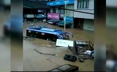 Prăpăd în mai multe provincii din China. Viiturile au luat pe sus și autobuze