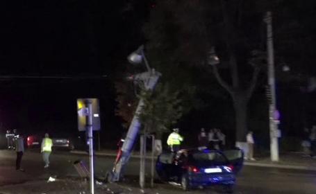 Un șofer băut a intrat într-un stâlp, după ce a facut o depășire. 4 persoane au fost rănite