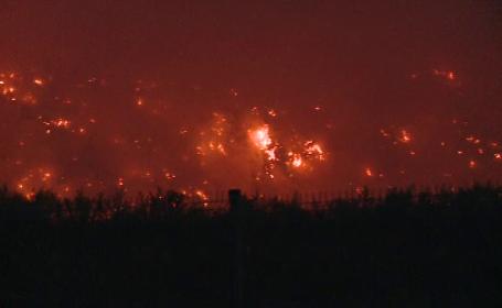 O groapă de gunoi din Bacău arde de peste 30 de ore. Măsurile luate