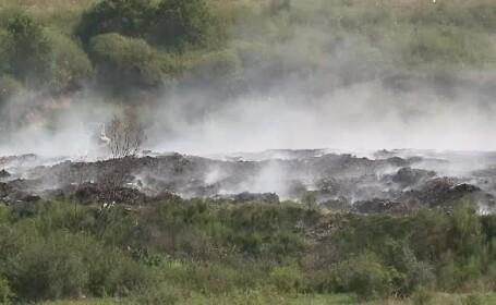Groapa de gunoi de la Lipova arde de 20 de zile. Localnicii sunt disperați