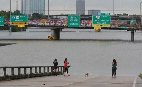 Autostrăzi inundate în Texas