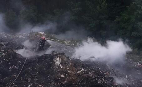Stare de alertă într-o comună din Vâlcea, unde o groapă de gunoi arde de peste o săptămână