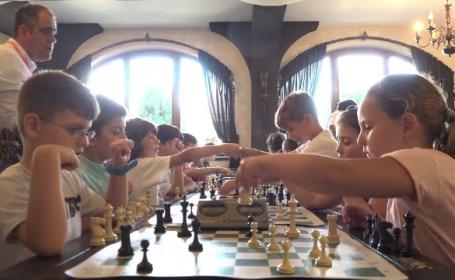 """Competiție de șah la un castel din Baia Mare. Peste 100 de copii s-au """"duelat"""""""