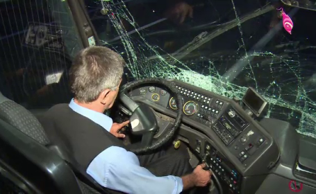 Autocarul în care se aflau 27 de oameni s-a izbit de un TIR