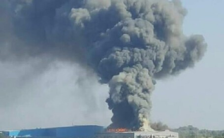 O fabrică din Timiş a luat foc cu 80 de oameni înăuntru. Pompierii au stins incendiul