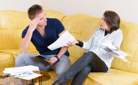 cuplu care discuta despre facturi