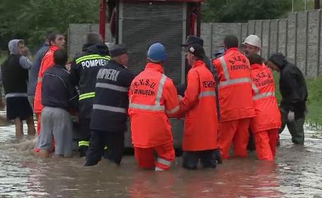 Dezastru în Arad după o ploaie de nici o oră. Viitura a rupt un podeț, iar DN 682 a fost închis