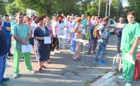 """Protest la Spitalul Universitar din Capitală. """"Cade spitalul pe noi. Medicii fac chetă pentru o găleată de var"""""""