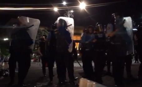 Ce i-a făcut un jandarm unui protestatar așezat în genunchi, în Piața Victoriei. VIDEO