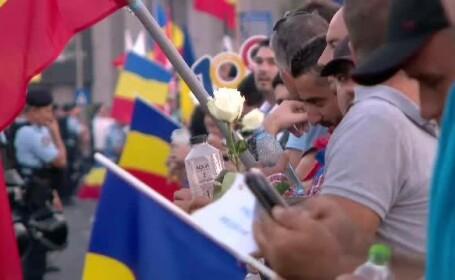 Proteste în Piața Victoriei, ziua 2. 30.000 de oameni au manifestat pașnic și le-au dăruit trandafiri albi jandarmilor. VIDEO