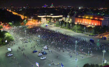 Zeci de persoane au protestat în Piaţa Victoriei, după anunțul făcut de Tudorel Toader. VIDEO