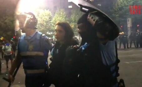 Ce le-a strigat femeia jandarm colegilor, după ce au scos-o dintre agresori. VIDEO