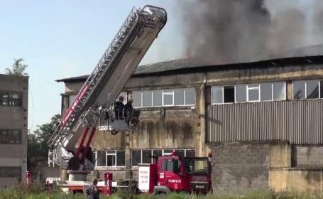 Incendiu la o fabrică de sârmă din Bacău. Pompierii s-au luptat cu flăcările 5 ore