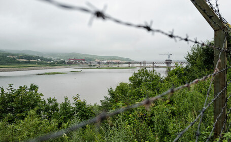 gard la granita dintre China si Coreea de Nord, pe raul Tumen
