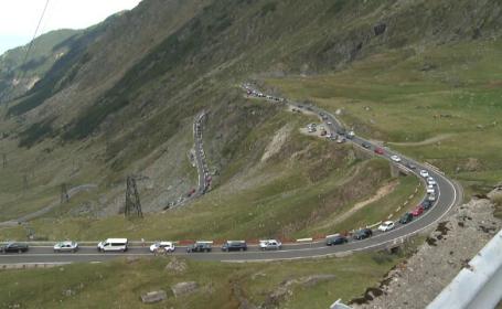 """Transfăgărășanul, la fel de aglomerat ca pe DN1: """"Am abandonat mașina și am luat-o pe jos!"""""""