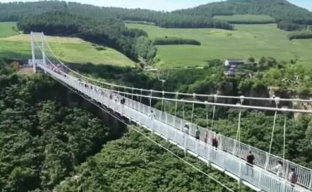 Încă un pod de sticlă în China. Are 370 metri și traversează o prăpastie ca în filme