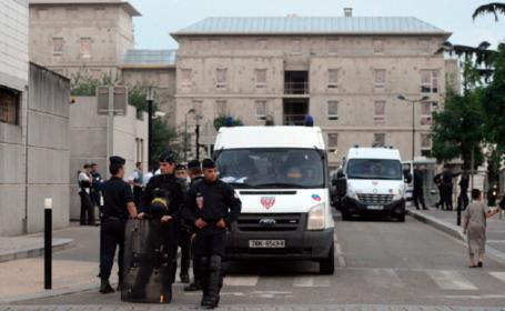 Atac într-o suburbie a Parisului. Un bărbat a ucis 2 oameni cu un cuțit