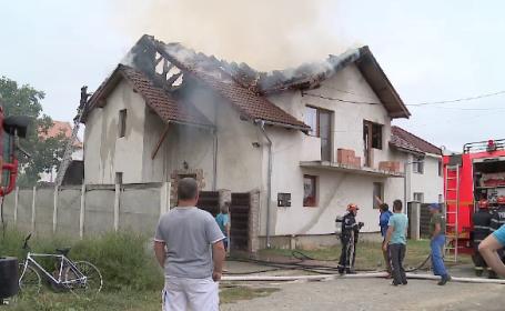Incendiu violent la o casă, lângă Arad. Flăcările au atins câțiva metri înălțime