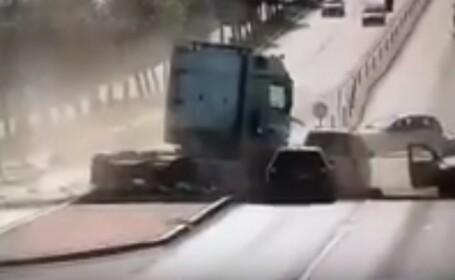 Accident spectaculos la intrare în Suceava. Patru autoturisme spulberate de un TIR. VIDEO