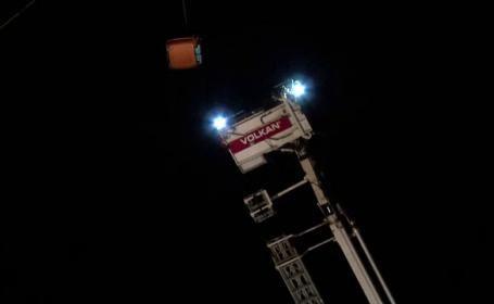 16 turiști blocați în telegondole, la 60 de metri înălțime. FILMUL operațiunii de salvare complicate
