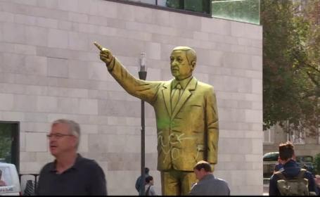 Statuie aurită a lui Erdogan în Germania. Oamenii i-au pus lumânări la picioare