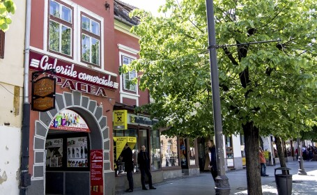 Imobilul al carui coproprietar a fost Klaus Iohannis, si care gazduieste o sucursala a banci Raiffeisen, in Sibiu