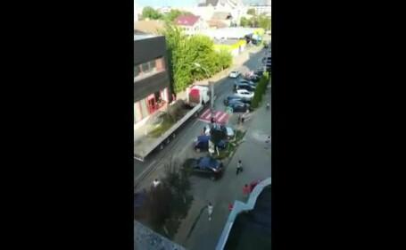 Elefant plimbat pe un camion prin Sighetu Marmaţiei, cu escortă de poliţie, deși este ilegal