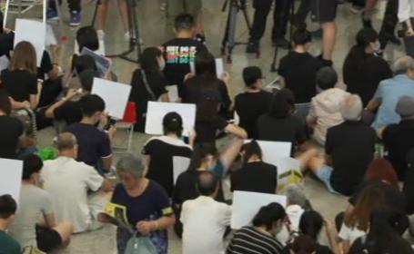 Protestatarii din Hong Kong au luat cu asalt aeroportul. Cum i-au întâmpinat pe vizitatori